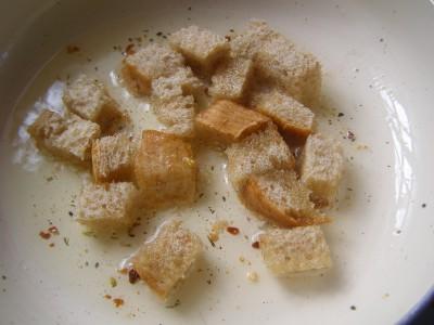 Салат рыбный - жареные кусочки хлеба.jpg