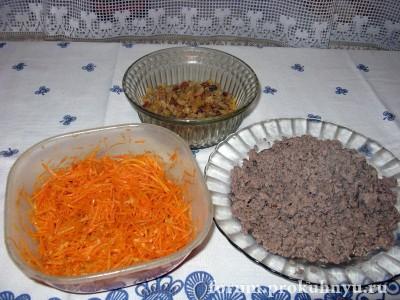Готовые ингредиенты начинки: корейская морковь, запаренный изюм, обжаренный фарш - 02.JPG
