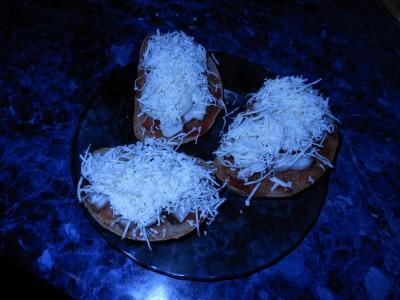Рецепты приготовления бутербродов на скорую руку - DSCN6344батон соус сало цыбуля сыр.jpg