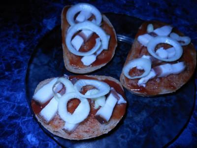 Рецепты приготовления бутербродов на скорую руку - DSCN6341батон сало соус цибуля.jpg