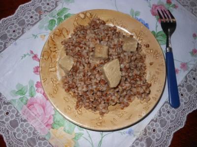 Как сварить вкусную гречку - греча на тарелке.jpg