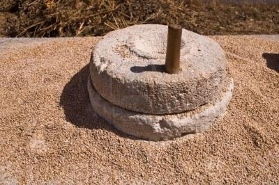 Рисовая мука для России и Азии - каменные жернова.jpg