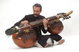 Это старинный индийский инструмент, который делают из бутылочной тыквы. Называется - рудра вина - Рудра вина.jpg