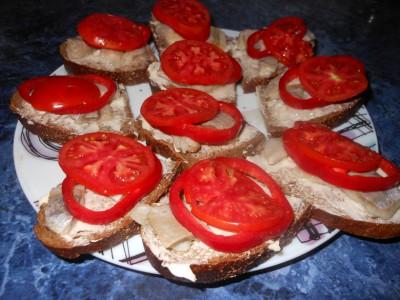 Оригинальные бутерброды - хлебец, масло, перец, помидоры.jpg