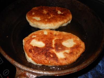 Пирожки и пицца на быстром дрожжевом тесте - пирожки жарим.jpg