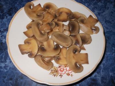 Салат с фасолью постный с майонезным постным соусом  - грибы нарезаем.jpg