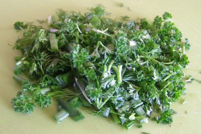 Суп с рыбно-картофельными фрикадельками и овощами - зелень и лук зеленый резаные.jpg