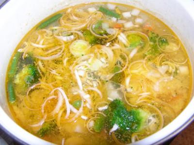 Суп с рыбно-картофельными фрикадельками и овощами - лук в супе.JPG