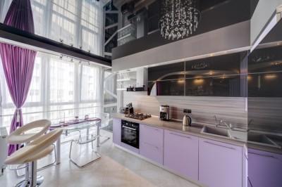 Помогите сделать кухню привлекательной :  - natyazhnoj-potolok-na-kuhne-dizajn-foto-4.jpg