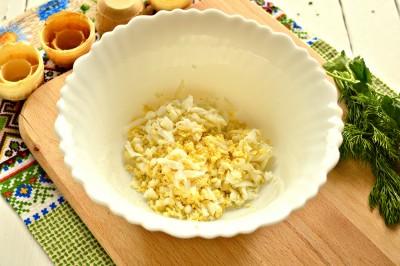 Быстрая закуска в тарталетках из яиц и сыра - 2.JPG