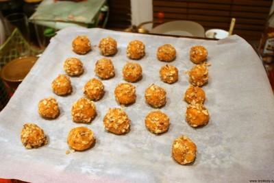 Печенье из сыра - Выкладываем обвалянные в орехах шарики на протвень.jpg