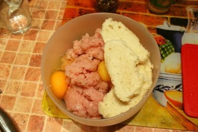 Котлеты из курицы с грибами - Куринный фарш, яйцо, хлеб и специи.jpg