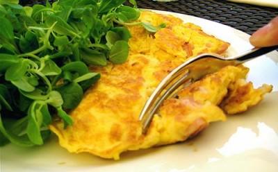 Омлет в духовке, как в детском саду - kak-prigotovit-omlet-bez-moloka-omlet-vilka-zelen.jpg