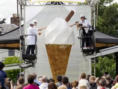 Самое большое в мире мороженое - tdy-120702-biggest-ice-cream-01.photoblog500.jpg