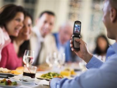 Готовы ли вы отдать мобильный в обмен на скидку в ресторане? - 01_cellphone.jpg