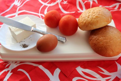 Булочка с яйцом, помидором и брынзой - 1.jpg