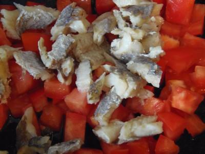 Нежный омлет с рыбкой - помидоры и рыба.JPG
