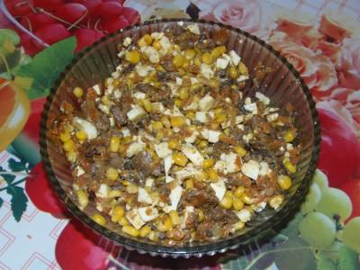 Салат с грибами и кукурузкой - перемешать.JPG