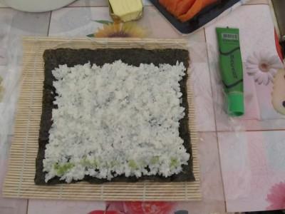 4. Распределяем рис на листе нори. - 5.jpg