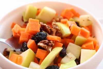 Салат с грецкими орехами, яблоком, изюмом и морковью - IMG_8856.JPG
