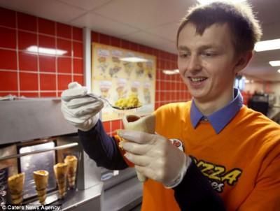 Хрустящий рожок... сырной пиццы от британского повара - article-2260785-16DFD1FF000005DC-120_634x478.jpg