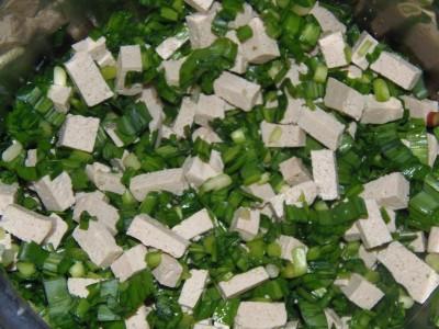 Пита по-гречески или рулеты с черемшой - черемша и тофу.JPG