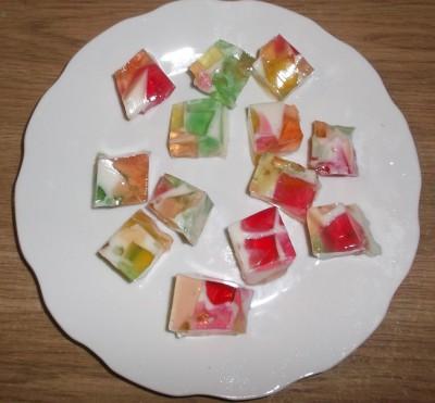 Желе разноцветные кубики  - podacha zhele v beloj tarelke.jpg