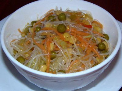 Овощная фунчоза с оливковым маслом и свежим огурцом - салат с фунчозой.JPG