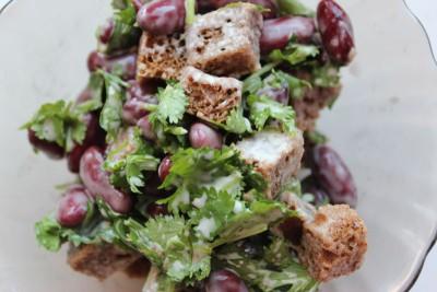 Салат с кинзой, красной фасолью и кириешками - IMG_5215.JPG