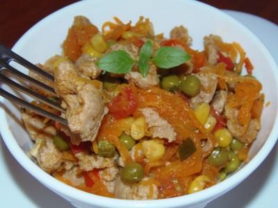 Теплый салат с соевым мясом и овощами - салатик.JPG