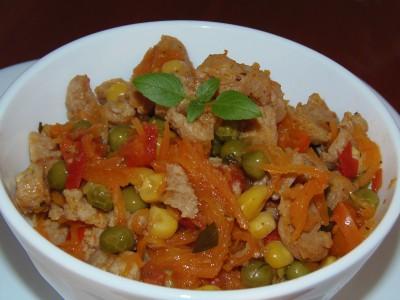 Теплый салат с соевым мясом и овощами - салат с соевыми кусочками.JPG