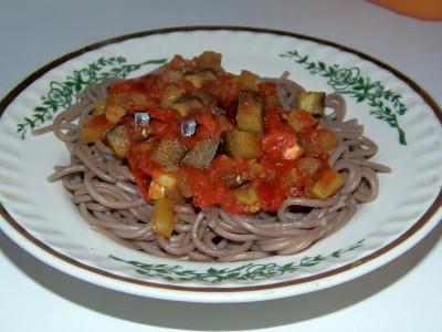 Блюда с баклажанами - гречневая соба с томатно-баклажанным соусом.JPG