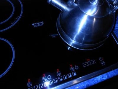 Какую выбрать варочную поверхность? - чайник на плите.jpg