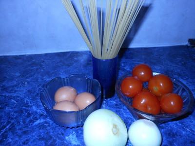 Блюда из макарон - помидоры шпагети лук.jpg