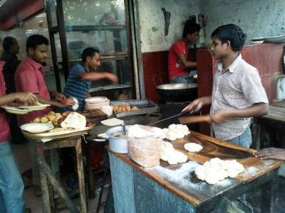 Маленькие кафе с помещением, где стоят столы для посетителей. Обычно печи находятся на улице там же готовят многие блюда. - мини ресторан. нотель..jpg