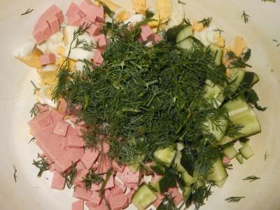 Окрошка на газированной воде и кефире - колбаса, зелень, огурцы, яйца,.jpg
