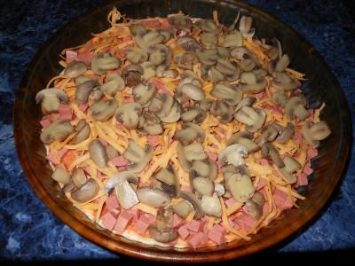 Пирожки и пицца на быстром дрожжевом тесте - сыр колбаса грибы на пицце.jpg