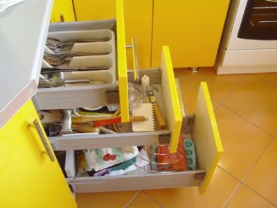 Комфорт на кухне – современные кухонные гарнитуры - Для всяких мелочей.jpg